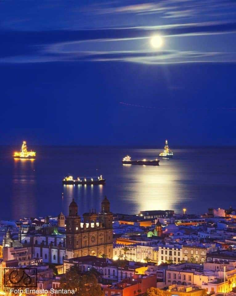 Imágenes de la luna Azul : Luna Azul en Las Palmas de Gran Canaria, España (Octubre de 2020) vía @SantanaYeray (Twitter) Foto de Ernesto Santana.