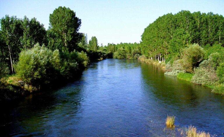 Río Esla En La Provincia De León